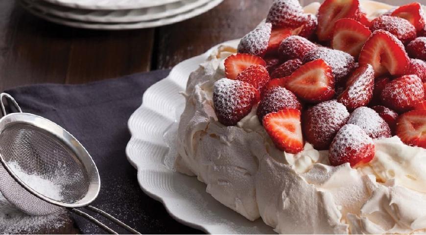 Десерт «Павлова» с клубничным конфи