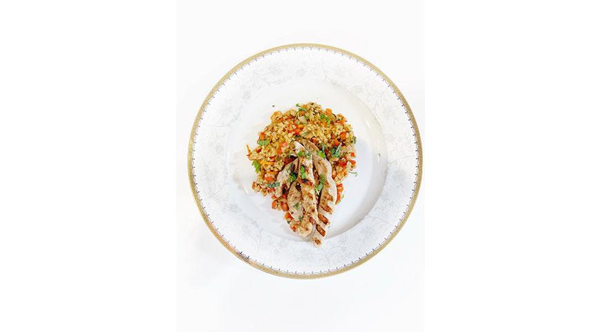 Паназиатский салат с киноа и телятиной на гриле