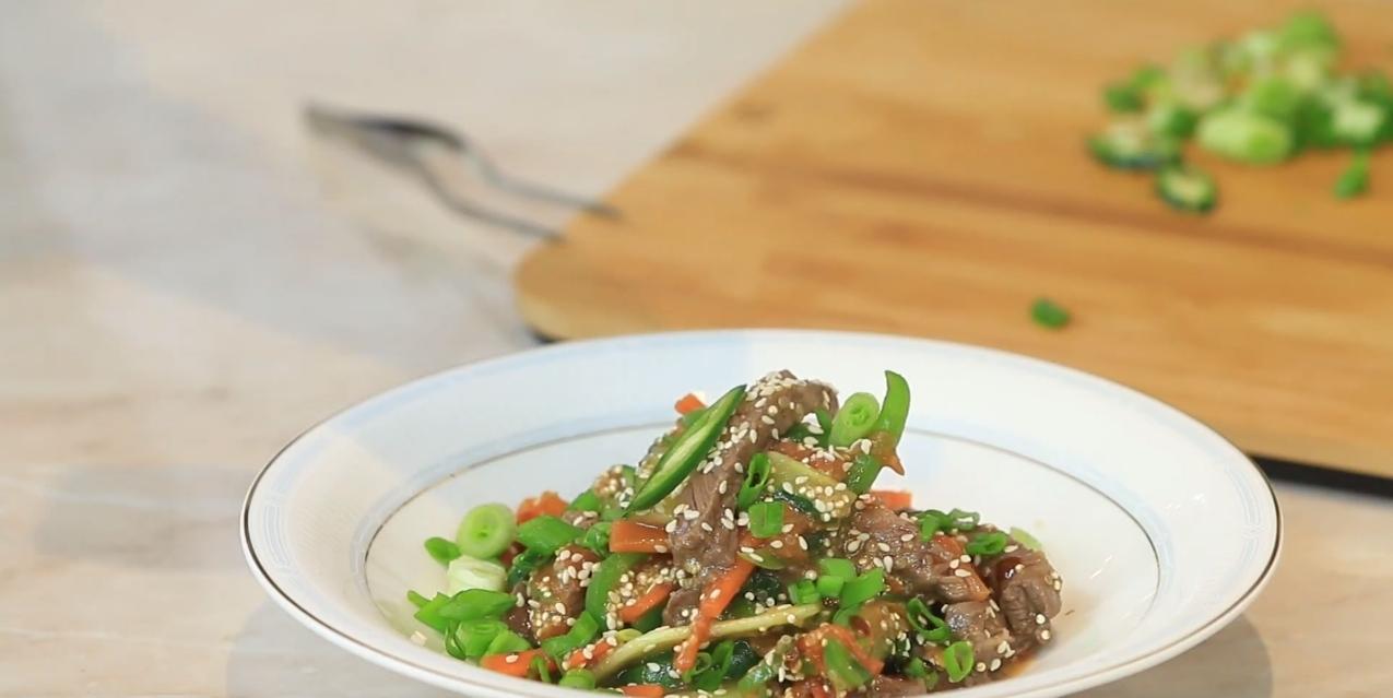 Паназиатский салат с киноа, овощами и телятиной